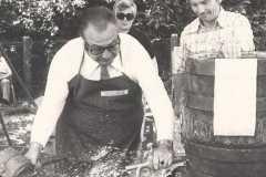 1977-08-06 Bieranstich LH Stv. Possart mit Festwart Reizl