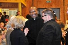 2009-10-10 Auch der ehemalige Pfarrer Pater John ist gekommen