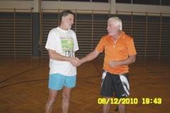 2010-12-04 Montagriegenchef Erwin gratuliert Günter zwei Tage später im Rahmen der Turnstunde
