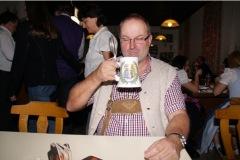 2010-12-04 Der Obmann ist zufrieden   Prost
