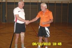 2010-12-17 Montagriegenchef Erwin gratuliert Fritz bereits zwei Wochen vorher im Rahmen der Turnstunde