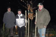 2011-12-21 Jahneiche mit Obmann und Stv und Gärtner Günter Schien
