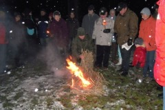 2011-12-21 Feuerwehrer Hans Reizl entzündet den kleinen Haufen