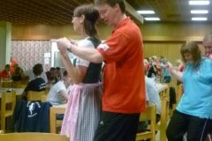 2012-07-13 Barbara begeistert die deutschen Spielleute mit ihrem Dirndl beim Kameradschaftsabend