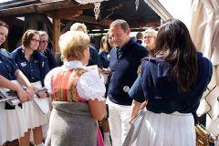 2013-05-17 Rosi begrüßt uns auf ihrer Sonnbergstuben