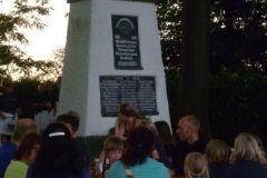 2013-06-22 Die Gäste sitzen vor dem Turnerdenkmal