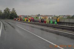 2014-08-12 Im Regen über die Eisenbahn in Neumarkt