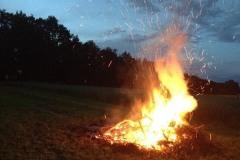 2016-06-18 Der Holzstoß brennt trotz Regen dahin