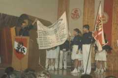 1993 Überreichung der zweiten Fahne beim Julschauturnen 1993